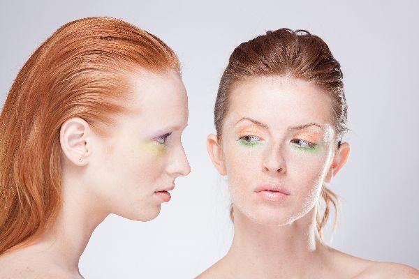 女性は化粧した女性の顔に嫉妬する